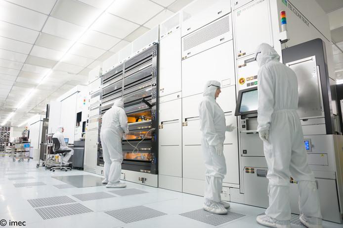 Onderzoekers in de cleanroom van Imec in België aan de slag met onder meer een chipmachine van ASML.
