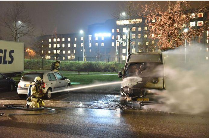 Aan het Attleeplantsoen in Kanaleneiland brandde een bestelbus uit.