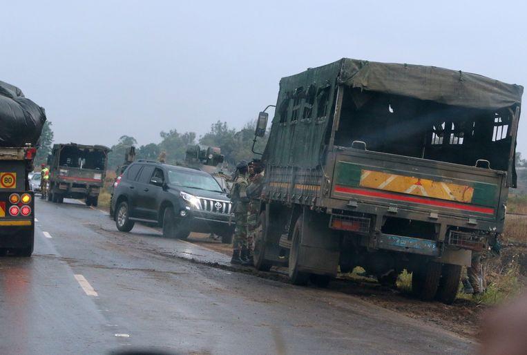 Soldaten bij hun voertuigen, net buiten Harare.