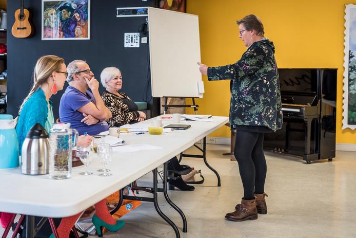Audities voor Udense Musical van Yvonne Verhoef. Achter de tafel Bart Stultiens, zangdocent Liesbeth Schins (rechts) en choreograaf Soazic Mickers.