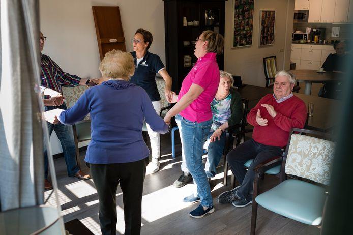 De bewoners en het personeel van  zorgcentrum Gereia aan de Wilhelminastraat vermaken zich kostelijk, er wordt gedanst  , luchtgitaar gespeeld en gezwaaid.