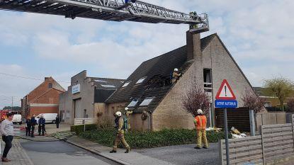 Zware dakbrand in Bovekerkestraat, bewoners kunnen tijdig ontkomen