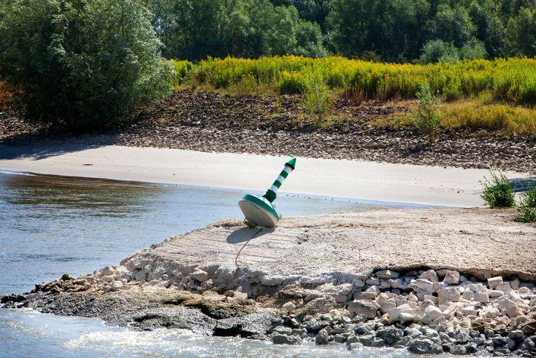 Aan de oevers van de Waal vallen strandjes en strekdammen droog.  Beeld Maarten Hartman