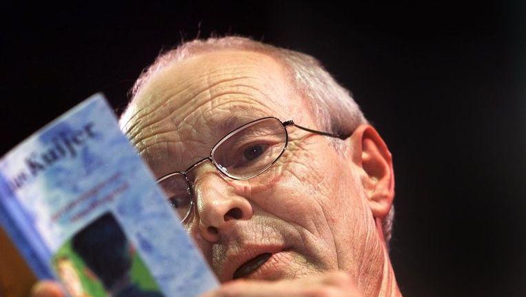 Guus Kuijer draagt voor uit eigen werk. Beeld