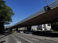 Un camion percute le viaduc Hermann-Debroux et fait tomber sa grue