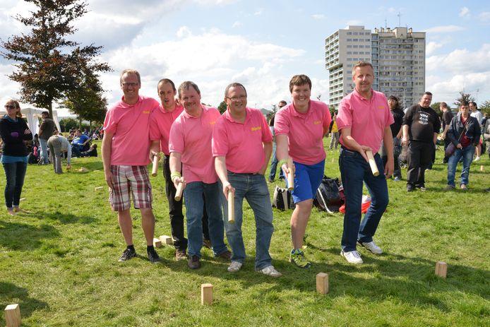 De leden van ploeg Kapido uit Gent hebben een opvallend roos truitje aan.