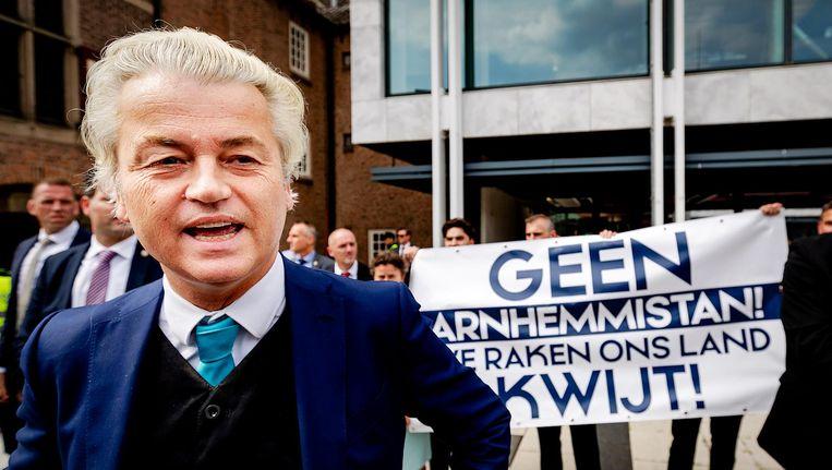 Geert Wilders voert voor het gemeentehuis in Arnhem actie tegen de benoeming van Ahmed Marcouch als nieuwe burgemeester. Beeld anp