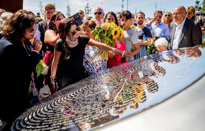Nabestaanden van de slachtoffers van de vliegramp met de MH17 tijdens de onthulling van het Nationaal Monument MH17.