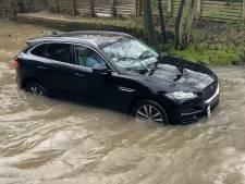 Sa Jaguar tombe en panne en traversant une zone inondée