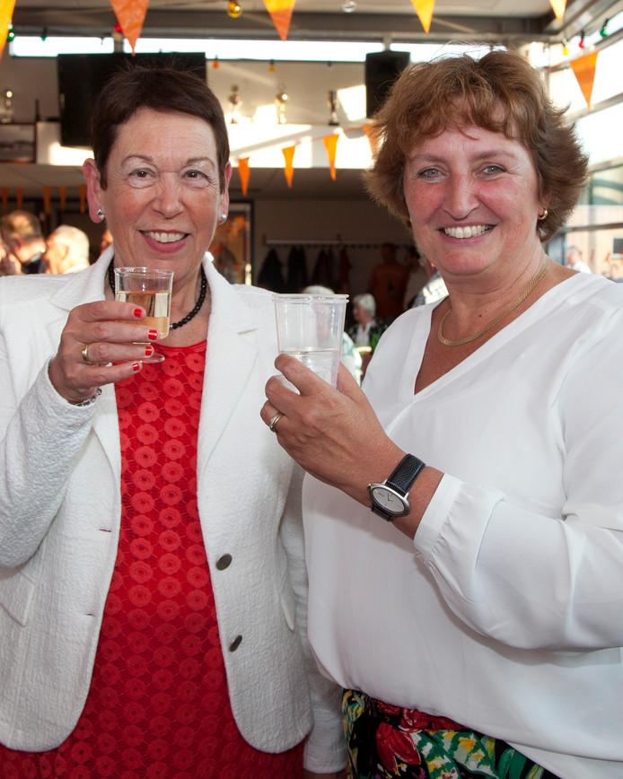 Voorzitter Ank de Groot van VV Alphia en burgemeester Liesbeth Spies