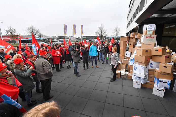 FNV Zorg & Welzijn en ruim 100 medewerkers van de Hoenderloo Groep voerden vrijdag actie bij hoofdkantoor Pluryn, woordvoerder Marian Draaisma neemt de dozen in ontvangst.