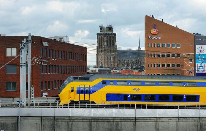 Een zeldzamer beeld op het eiland van Dordrecht: een intercity van de NS.