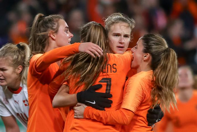 Vivianne Miedema wordt gefeliciteerd na haar goal in de play-off tegen Zwitserland.