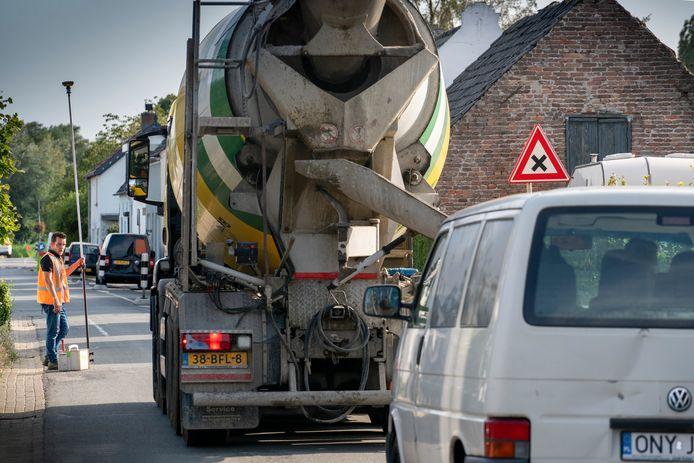 Een cementwagen maakt duidelijk dat het krapjes is op de Jacob Ekelmansstraat in Nieuwaal. Eind dit jaar moet de rondweg klaar zijn.