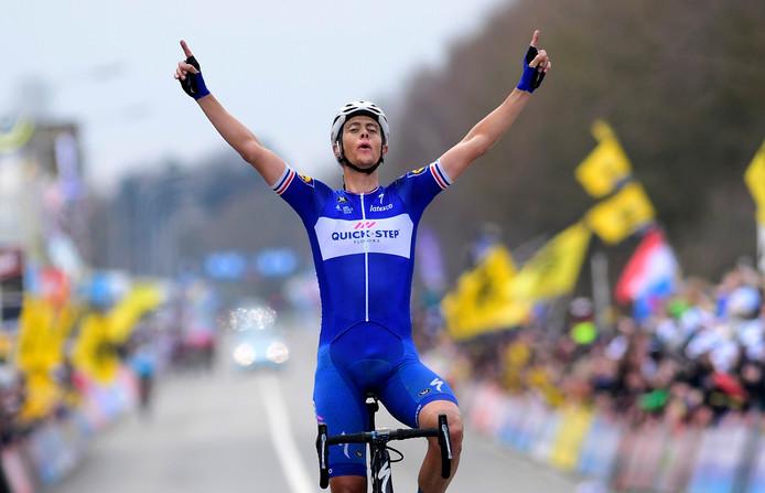 Niki Terpstra komt juichend over de streep in Oudenaarde.