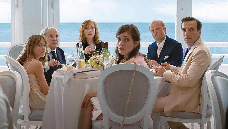 Fantine Harduin, Jean-Louis Trintignant, Isabelle Huppert, Laura Verlinden, Toby Jones en Mathieu Kassovitz in Happy End. Beeld