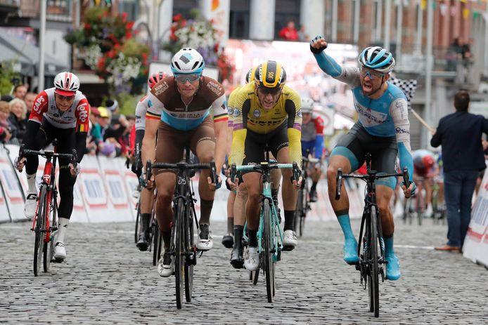 Gebalde vuist. Van Asbroeck is op de meet sneller dan Naesen en Van Emden.