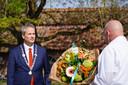 Burgemeester Evert Weys bij Jo van de Pas.
