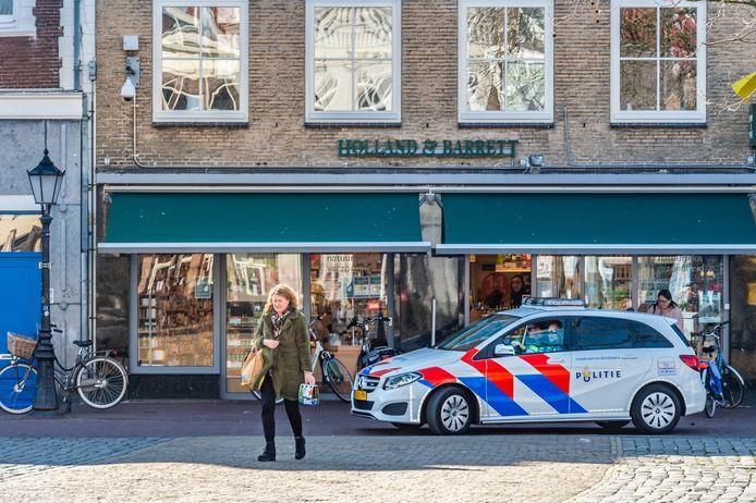 De politie, zoals hier in Gouda, houdt in de gaten of het samenscholingsverbod wordt nageleefd. Veel mensen bellen naar 112 om een overtreding van dit verbod door te geven.