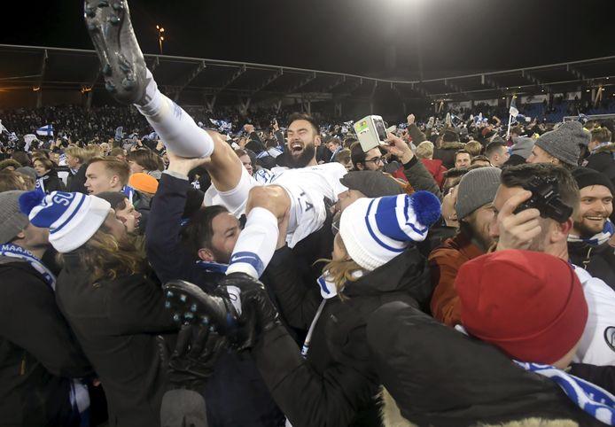 Tim Sparv wordt door de fans op de schouders genomen