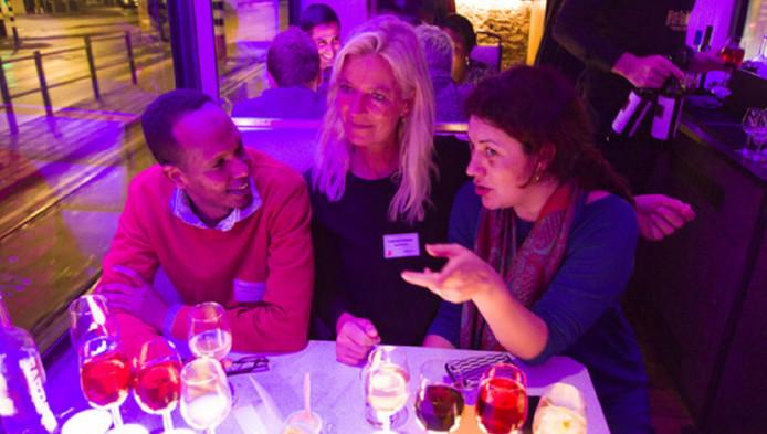 Onder meer kinderartsen, advocaten en accountants ontmoeten collega's uit Den Haag en ontvluchte oorlogsgebieden en dineren met elkaar in de Hoftrammm.
