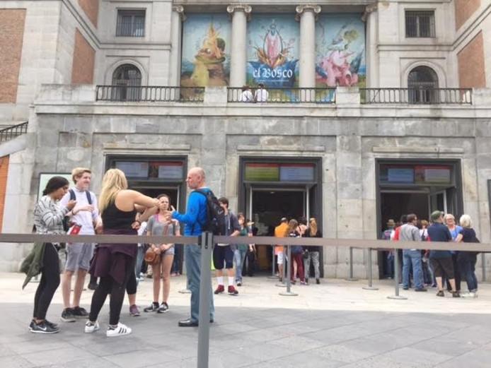 Terwijl Den Bosch nog ligt bij te komen van de grote Jeroen Bosch-expositie maakt Madrid zich op voor El Bosco La Exposicion del V Centenario. Deze toeristen zijn te vroeg.
