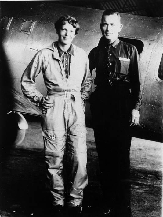 Pilote Amelia Earhart en navigator Fred Noonan poseren voor hun vliegtuig.