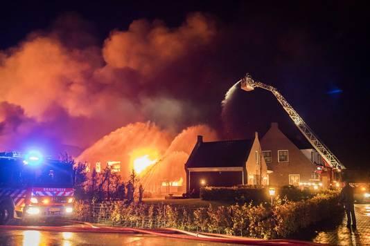 De derde brand verwoestte een grote loods op het erf en kostte 32 stieren, koeien en kalveren het leven.