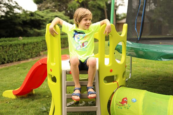 Bouw je eigen attracties, zoals een trampoline of glijbaan.