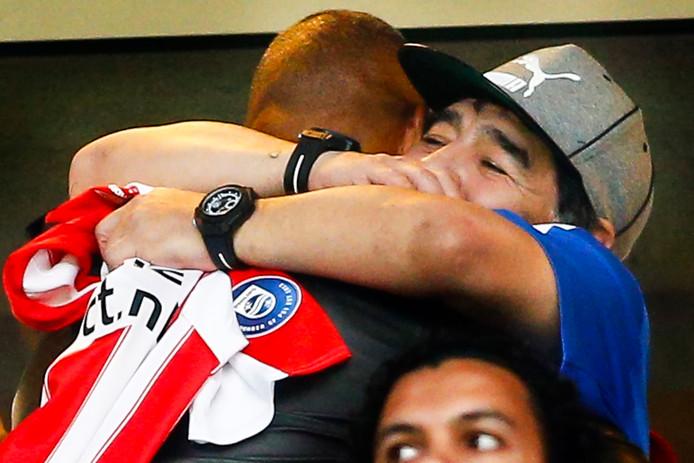 Diego Maradonna omhelst Ruud Gullit .