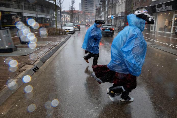 Carnavalsvierders trekken erop uit ondanks het slechte weer.
