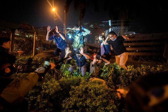 Politieagenten arresteren demonstranten en studenten die de Polytechnische universiteit van Hongkong, die door de politie belegerd wordt, probeerden te ontvluchten.