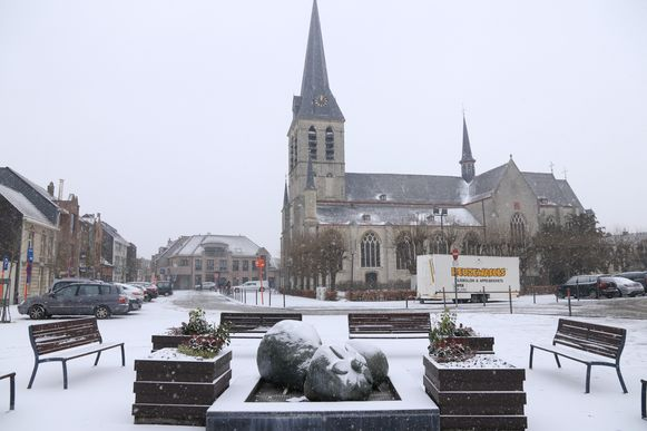 Het Kerkplein in Melsele oogt feeëriek in een wit jasje.