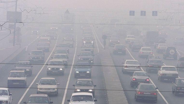 Auto's rijden op een snelweg nabij New Delhi. Beeld ap