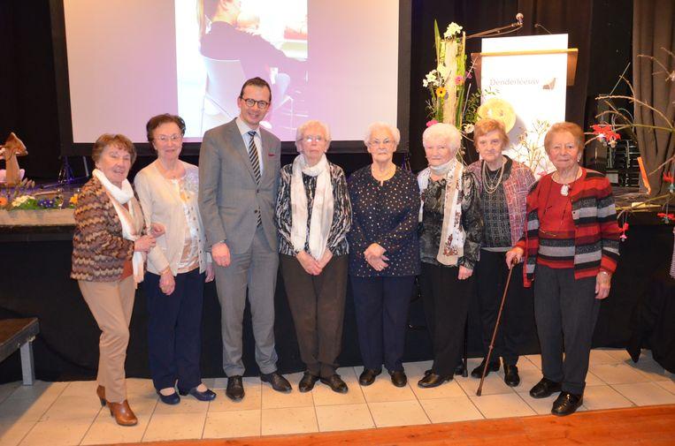 100 jaar De Weeg in Denderleeuw - Voormalige vrijwilligers met minister Wouter Beke