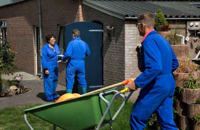 Horry Gouvernante (links) en Henk Kuijpers (rechts) met één van hun cliënten. Deze foto werd vorig jaar gemaakt toen de zorgboerderij net een feit was.
