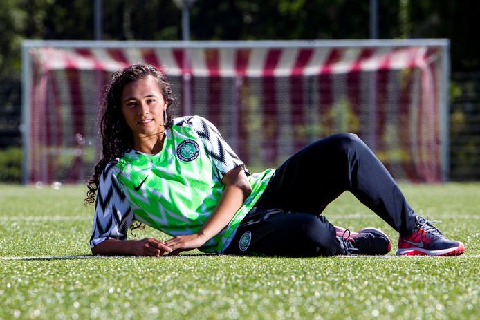 """De Nigeriaanse international Sophia Omidiji komt bij FC RDC voetballen, haar broertjes bij Go Ahead Eagles: ,,Wij eten, drinken en slapen voetbal."""""""