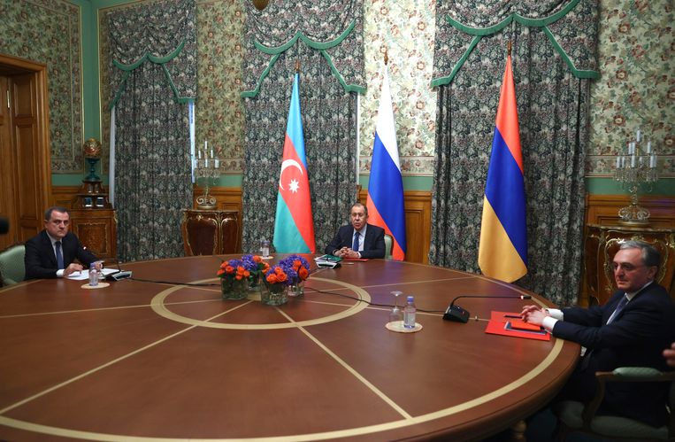 De Russische minister van Buitenlandse Zaken Sergei Lavrov (midden) vrijdag tijdens de besprekingen in Moskou tussen de buitenlandministers van Azerbeidzjan, Jeyhun Bayramov (links), en Armenië, Zohrab Mnatsakanyan (rechts). Beeld AP