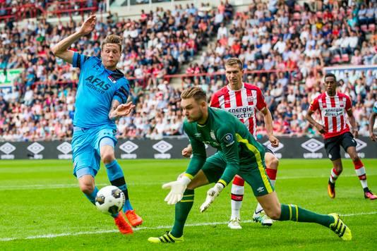Jeroen Zoet en Wout Weghorst vorig seizoen in actie tijdens PSV - AZ (1-0).