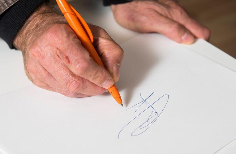 'Ik kan de handtekening van mijn vader nog exact imiteren. Goed leren kopiëren verschaft je techniek.' Beeld Els Zweerink