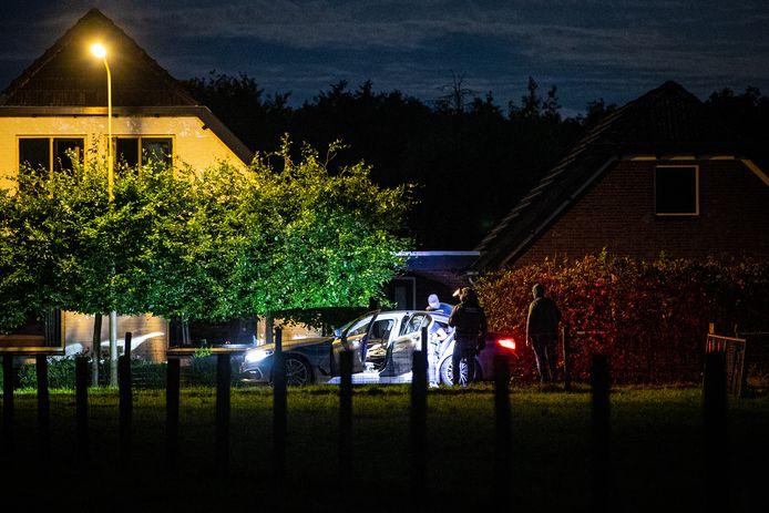 Het arrestatieteam zet een verdachte in de auto na een actie in Hattemerbroek.