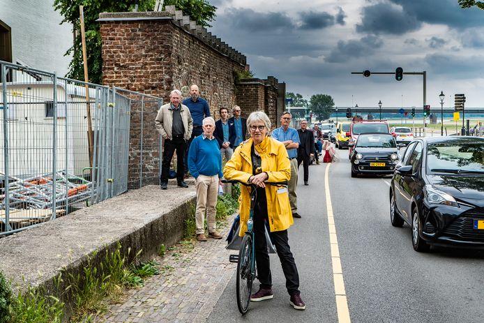 Roely Oldenhuis (vooraan) met andere bezwaarmakers tegen het nieuwe fietspad bij filmtheater Mimik in Deventer.