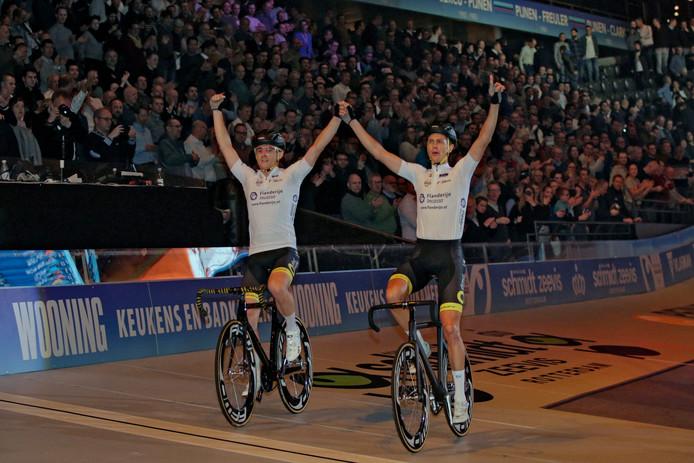 Thomas Boudat en Niki Terpstra komen juichend over de meet.