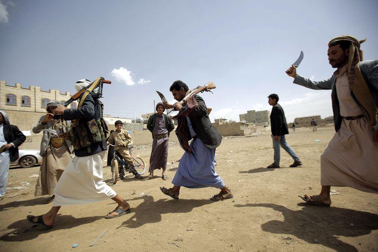 Houthi-rebellen in Jemen voeren traditionele dansen uit om strijders te mobiliseren.