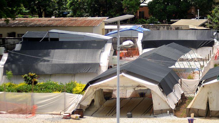 Geïsoleerde tenten bij het ziekenhuis in Conakry (Guinee), waar mensen met het ebola-virus worden behandeld. Beeld belga