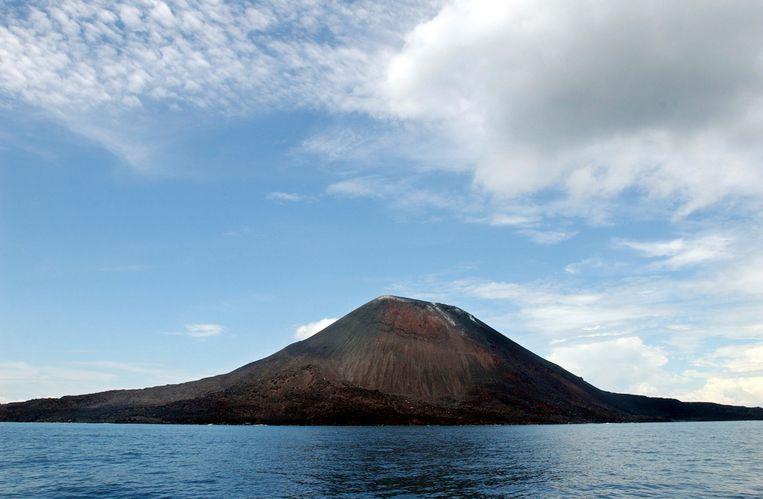 Op deze archieffoto uit 2004 ligt de vulkaan Anak Krakatau, gezien vanaf de kust van West-Java, er nog rustig bij. Op vrijdagavond 10 april 2020 barstte hij uit. Het Indonesische agentschap voor vulkanologie zei dat de uitbarsting de as tot 500 meter hoog uitspuwt. Beeld AP / Suzanne Plunkett