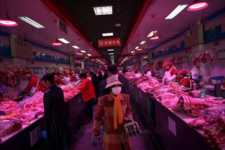Bezoekers dragen mondkapjes Xinfadi markt in China. Beeld REUTERS