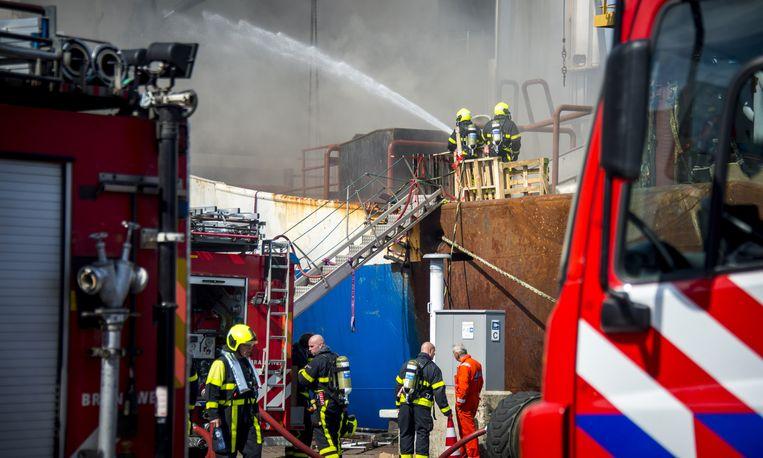 Brandweermannen bij trawler Johanna Maria in de haven van Scheveningen. Beeld anp