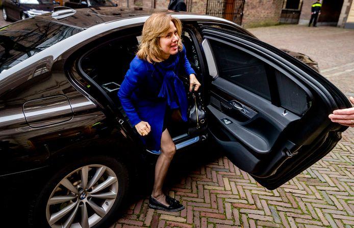Minister Cora van Nieuwenhuizen stapt uit haar hybride dienstauto.