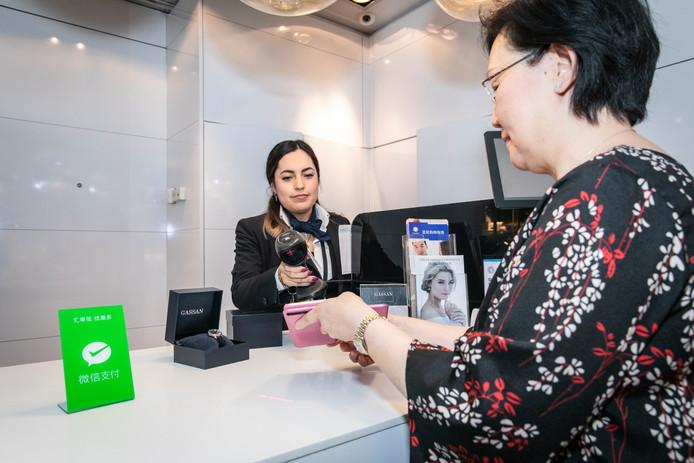 Gassan Diamonds gebruikt vanaf nu ook WeChat Pay als betaalmiddel voor Chinese klanten op Schiphol. 'Ze zijn dol op alles wat in Europa is gemaakt.'